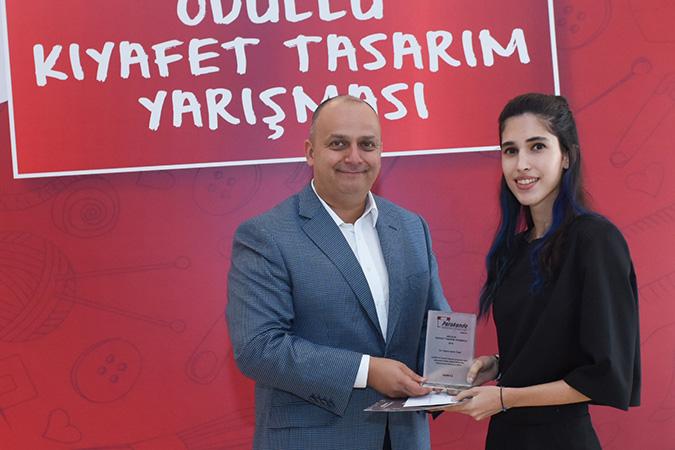 Birincilik Ödülü Nehir Ünal - Arçelik Genel Müdür Yardımcısı Can Dinçer ödül takdimi ile